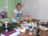 Anette sliter i köket